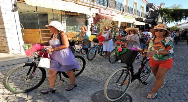 """""""Süslü Kadınlar"""" süslü bisikletleriyle Alaçatı'da farkındalık yarattılar"""